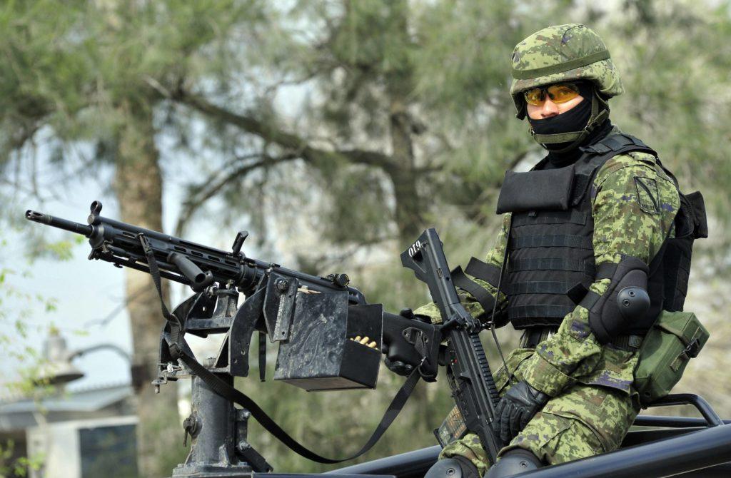 soldat mexicain avec un HK21